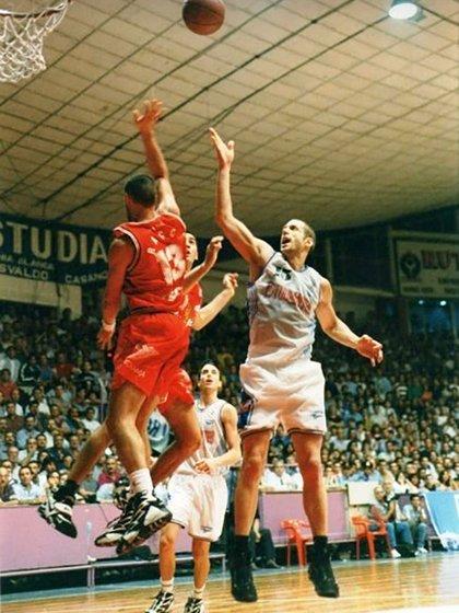 Grant Gondrezick con la camiseta de Estudiantes de Bahía Blanca. De fondo, asoma Ginóbili