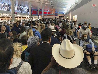 En esta imagen proporcionada por Austin Boschen, gente esperando a pasar la aduana en el Aeropuerto Internacional de Dallas Fort Worth en Grapevine, Texas, el sábado 14 de marzo de 2020 (AP)