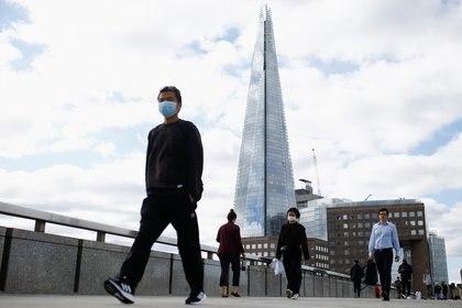 La gente camina sobre el Puente de Londres, en medio del brote de la enfermedad del coronavirus (COVID-19) en el Reino Unido el 26 de agosto de 2020 (REUTERS/Henry Nicholls)