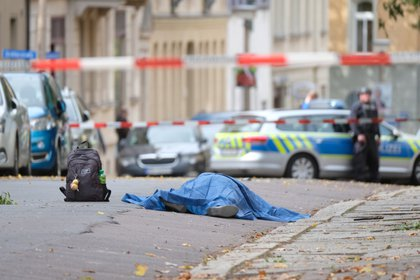 Un cuerpo en la acera después del atentado antisemita de un hombre alemán ocurrido el miércoles en la ciudad de Halle, Alemania