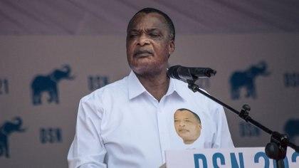 Nguesso mira desafiante a sus seguidores en el acto de cierre de campaña (Foto de ALEXIS HUGUET / AFP)