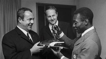 Armin Dassler firma un contrato con Pelé para la marca Puma