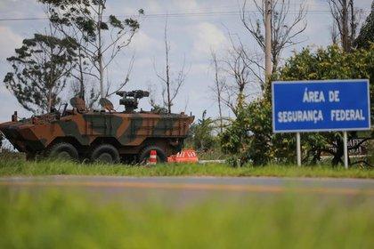 Foto de archivo ilustrativa de un vehículo blindado del ejército de Brasil fuera de una cárcel de máxima seguridad en Brasilia. (REUTERS/Adriano Machado)