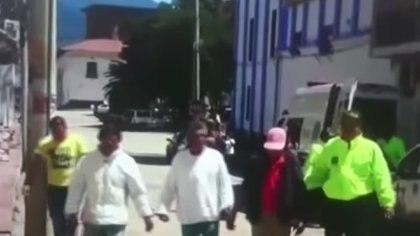 Cuatro presuntos violadores fueron capturados por acceder a la menor de 9 años. (Capturas de video Caracol Noticias)