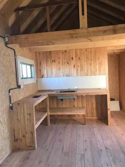 Las casas ideadas por Rastalsky son construidas en seco con madera de la zona, y materiales reciclados como chapas, aberturas, puertas, manijas viejas. Las casas son sustentables y pueden ser armadas por el propio cliente
