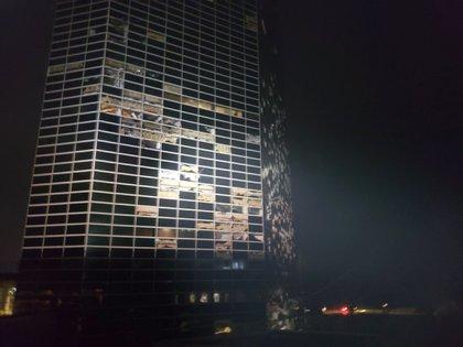 Varias ventanas rotas en un edificio en Lake Charles (Stephen Jones vía AP)