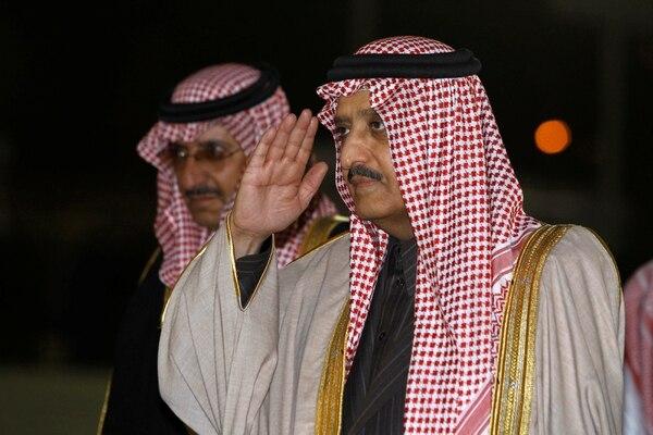 El príncipeAhmed bin Abdul-Aziz, hermano del rey Abdullah, junto al príncipe Mohammed bin Nayef. Éste iba a ser el heredero, pero fue desplazado en el 2017 (Reuters)