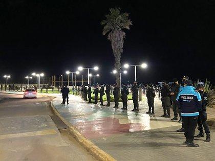 El municipio de Pinamar desplegó un doble cordón policial para evitar   juntadas masivas y aglomeramientos en la playa (@RedolfiJuanma)