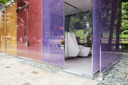 ¿De qué manera podría un cubículo con paredes de vidrio translúcido estimular a que la gente use un baño público? (Satoshi Nagare/tokyotoilet.jp)