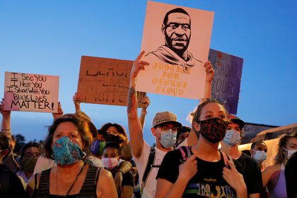 Manifestantes con cubrebocas protestan por la muerte de George Floyd en Estados Unidos. Foto: REUTERS/Lucas Jackson