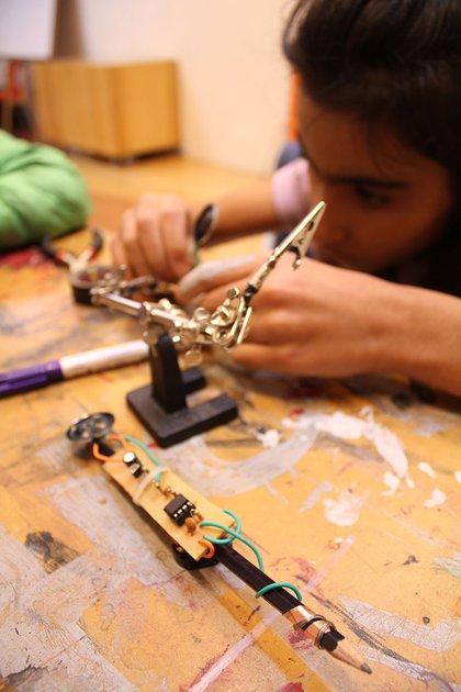Los niños tienen la oportunidad de aprender cuestiones de robótica (Foto: Archivo)