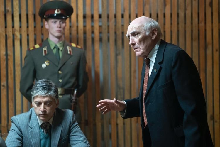 """Unode los burócratas, el mayor de todos, da unos golpes de bastón en el piso y pide la palabra: """"A veces caemos presa del miedo, camaradas, pero la fe en el socialismo soviético siempre tiene recompensa. El Estado nos dice que la situación no es peligrosa, entonces no es peligrosa."""""""