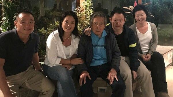 El ex dictador Alberto Fujimori en su casa con sus hijos Keiko y Kenji