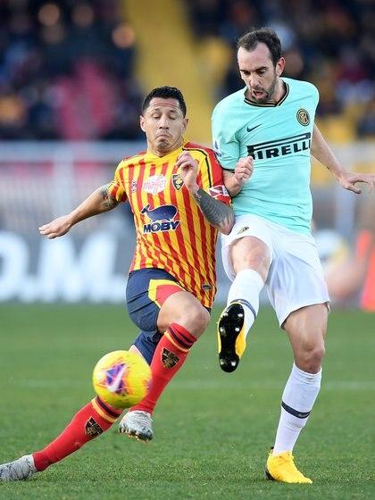 Gianluca Lapadula ante Diego Godin en un partido de la Serie A (REUTERS)