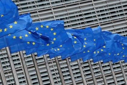FOTO DE ARCHIVO: Las banderas de la Unión Europea ondean frente a la sede de la Comisión Europea en Bruselas, Bélgica, el 5 de junio de 2020. REUTERS/Yves Herman/Foto de archivo