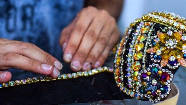 Hay todo un universo de artesanos detrás de los trajes del carnaval.
