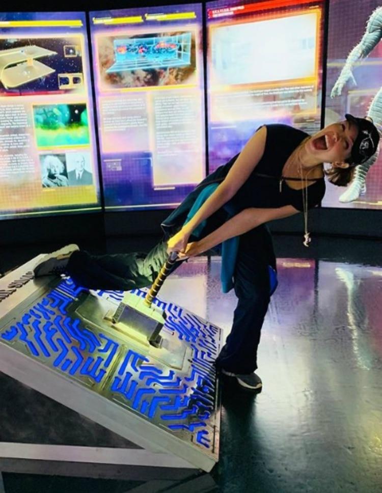 Thalía pudo tener el martillo de Thor en las manos (Instagram)