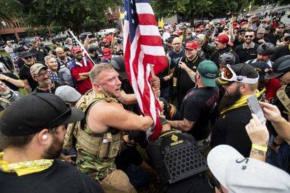 Miembros del grupo de extrema derechaProud Boys. (AP Photo/Noah Berger)