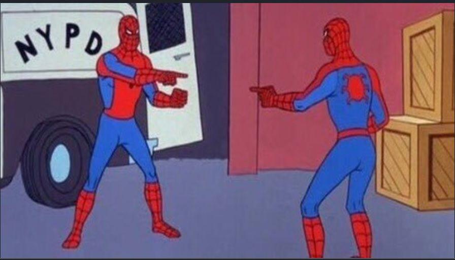 Dos hombres vestidos de Spiderman se apuntan el uno al otro.