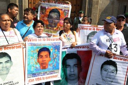 Padres de los estudiantes desaparecidos de Ayotzinapa (Foto: EFE/ Mario Guzmán)
