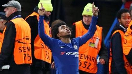 Willian festeja con el Chelsea, el club en el que juega desde 2013 y en el que acaba de ganar la Europa League frente al Arsenal (REUTERS)