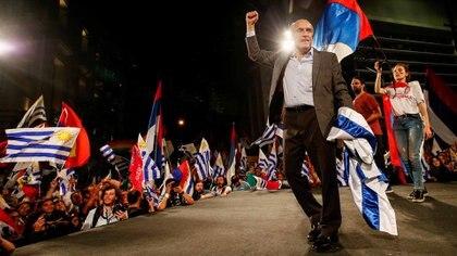 Daniel Martínez junto a militantes tras las elecciones en Montevideo (REUTERS/Mariana Greif)