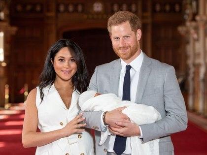 El príncipe Harry y Meghan Markle con su hijo Archie, nacido el lunes 6 de junio (REUTERS)