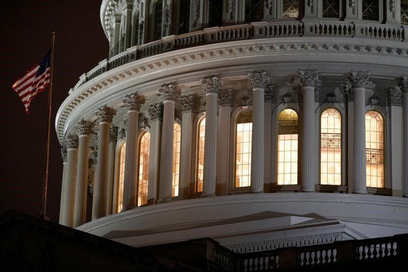 El edificio del Capitolio de EEUU antes de la votación del proyecto de ley de ayudas económicas contra el coronavirus en Washington, EEUU, el 25 de marzo de 2020. REUTERS/Tom Brenner