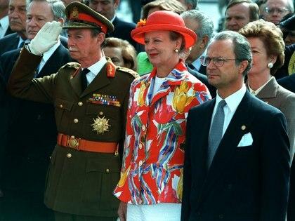 El gran duque Juan de Luxemburgo, la Reina de Dinamarca Margarita II, y el rey de Suecia Carlos Gustavo XVI durante la conmemoración por el 50 aniversario del fin de la Segunda Guerra Mundial el 8 de mayo de 1995. (REUTERS/Philippe Wojazer/archivo)