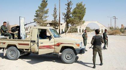 Tropas del régimen sirio tras retomar la ciudad de manos del ISIS (AFP)