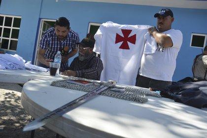 Estanislao Beltrán, alias el Papá Pitufo, vocero del grupo de autodefensas de Michoacán, realizó un encuentro con medios para presentar algunos objetos confiscados a los Caballeros Templarios en diversos enfrentamientos en la zona de Tierra Caliente en enero de 2014 (FOTO: ALÁN ORTEGA /ARCHIVO/CUARTOSCURO)