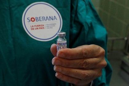Cuba tiene previsto producir 100 millones de dosis de Soberana 2 para vacunar a toda su población y tiene esperanzas en la vacuna como fuente de beneficio económico para la isla (Jorge Luis Banos/Pool via REUTERS)