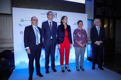 14/01/2020 Le gouverneur de la Banque d'Espagne, Pablo Hernández de Cos (2i), le ministre de l'industrie, du commerce et du tourisme, Reyes Maroto (au centre) et le ministre des Affaires étrangères, de l'UE et de la coopération, Arancha González Laya (2d ), posent ensemble lors du premier jour de la 10e édition de la «Journée des investisseurs espagnols» au Palais de la Bourse de Madrid le 14 janvier 2020. ECONOMIE MADRID ESPAGNE EUROPE Jesús Hellín - Europa Press