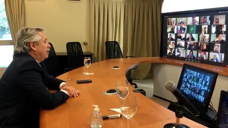Alberto Fernández dando clases virtuales a sus alumnos.