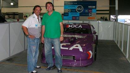 Con Alejandro Masas, propietario de HAZ Racing.  Con ellos, uno de los Chevy Champion Coupe con Flaco Traverso (Archivo CORSA).
