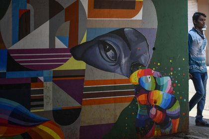 Un graffiti en una calle de Mumbai, en la India, busca prevenir sobre los cuidados frente a la pandemia.