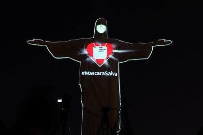 La estatua del Cristo Redentor en Río de Janeiro, iluminada para incentivar el uso de mascarillas (Reuters)