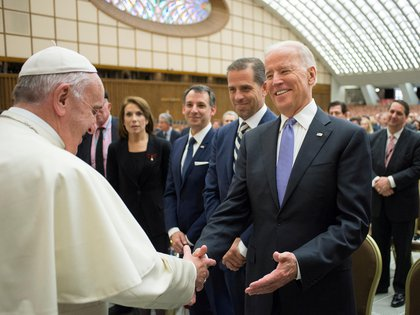 FILE PHOTO: Pope Francis meets U.S. Vice President Joe Biden (R) in Paul VI hall at the Vatican April 29, 2016   Osservatore Romano/Handout via Reuters/File Photo ATTENTION EDITORS - THIS IMAGE WAS PROVIDED BY A THIRD PARTY. EDITORIAL USE ONLY.
