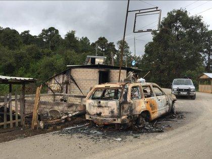 Militares, policías ministeriales y del estado acudieron al camino llamado Puerto Hondo en el ejido de Xochipala, Eduardo Neri, donde presuntos delincuentes vestidos de militares quemaron una camioneta de volteo en junio de 2018. Credit Vania Pigeonut