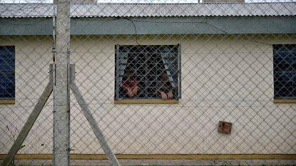 De costado: presos en la mañana de ayer en el penal de Dolores (Gustavo Gavotti)