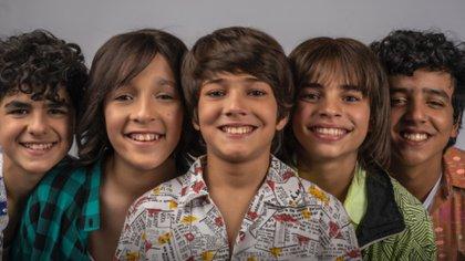 Ethan Schwartz (centro) será quien interprete al joven Ricky Martin (Captura de Pantalla: Twitter @AmazonPrimeMX)