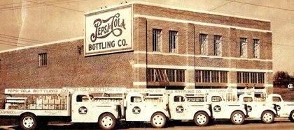 """El 28 de agosto de 1898, Bradham renombró su bebida Pepsi-Cola, antes se la conocía como""""la bebida de Brad"""""""