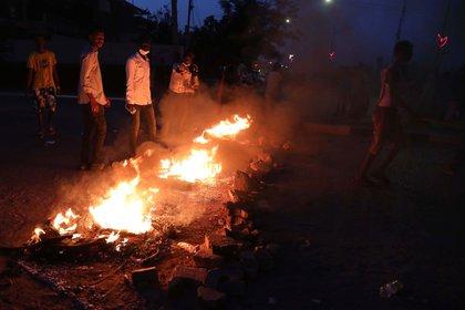 La Agencia de las Naciones Unidas para los Refugiados (ACNUR) denunció este domingo que un grupo de hombres tribales atacó un campamento de refugiados sursudaneses en Sudán, hirió a 18 de ellos y quemó y saqueó la mayoría de sus viviendas, en medio de la mortal violencia étnica de las últimas semanas.EFE/EPA/MARWAN ALI/Archivo