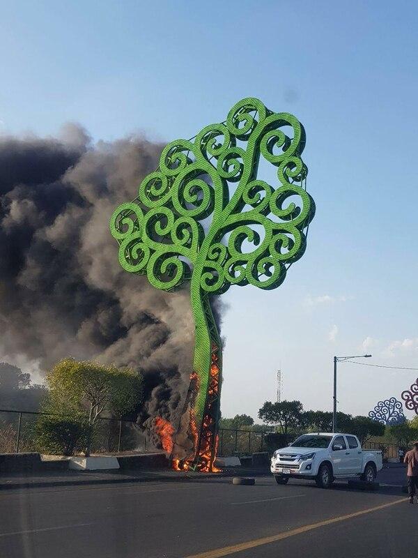 Árbol de la vida prendido fuego por manifestantes contra el gobierno nicaraguense.