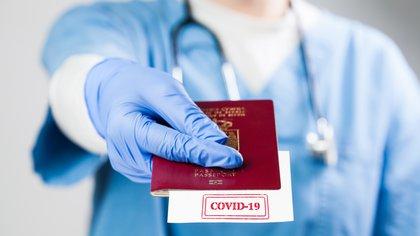 """El Reino Unido suministrará a sus ciudadanos """"pasaportes COVID-19"""" para viajar al exterior en las vacaciones"""