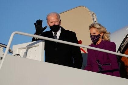 El presidente electo Joe Biden y su esposa Jill aterrizaron en Maryland, Estados Unidos, el 19 de enero de 2021 para los preparativos del traspaso de poder este miércoles. REUTERS/Tom Brenner