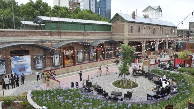 El centro comercial recicló los viejos espacios de arcos debajo de las vías del tren San Martín