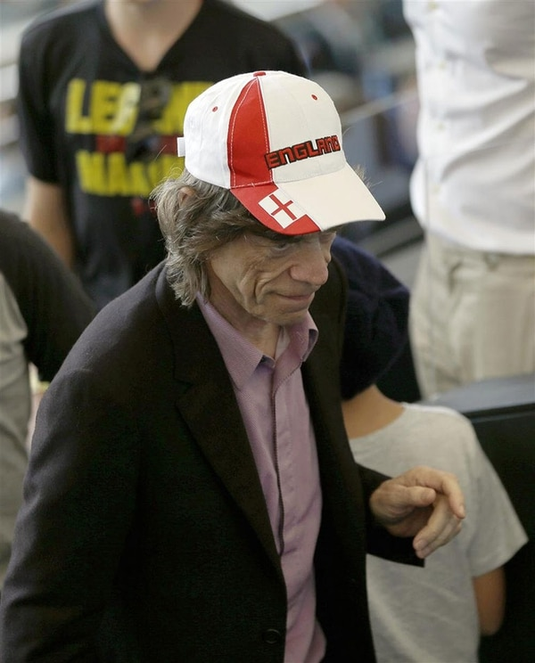 Con la gorra de Inglaterra, Jagger alentó a Brasil en las semifinales con Alemania: fue 1-7 (AP)