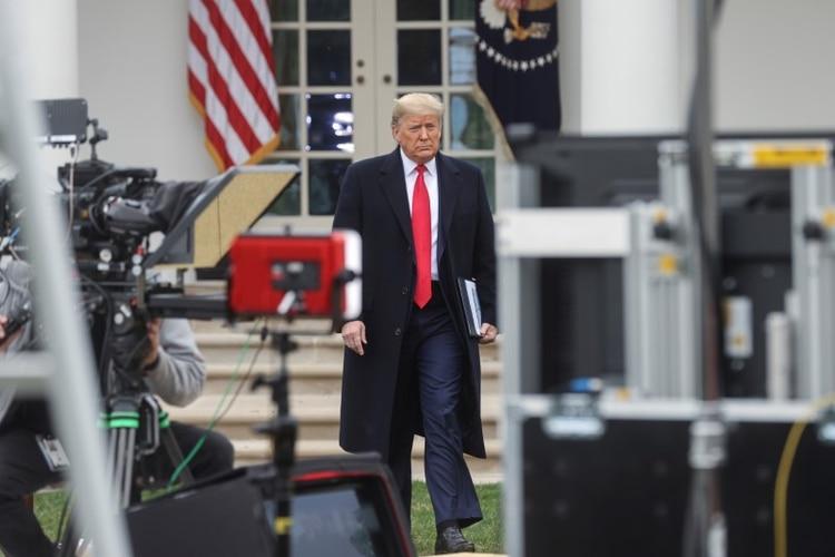 Trump al salir al jardín para la entrevista (REUTERS/Jonathan Ernst)
