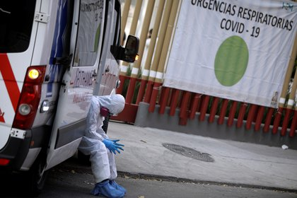 Mexican paramedic takes a break after a hard day working against the plague - REUTERS / Luis Corts